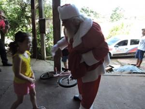 Solidariedade: família recebe a visita do papai Noel e ganha presentes