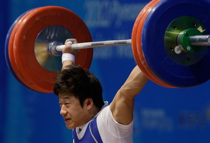 Campeão olímpico, halterofilista é banido por 10 anos após soco em rival