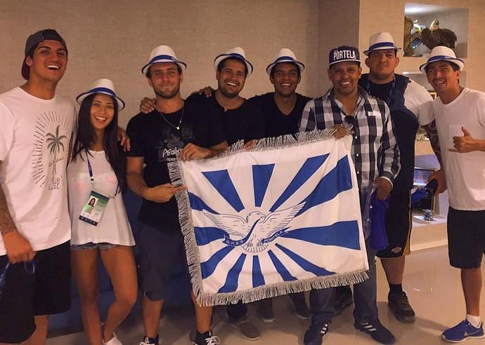 No aquecimento para carnaval do Rio, Medina posa com bandeira da Portela