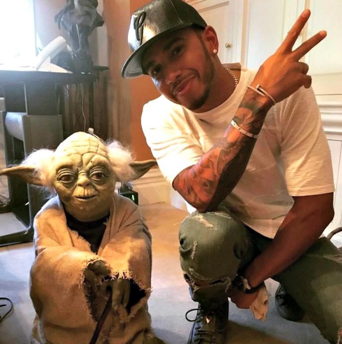 Hamilton posa ao lado de personagem icônico da franquia de filmes Star Wars