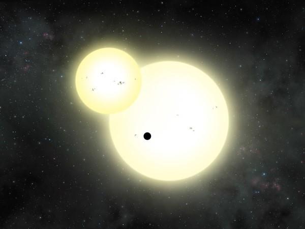 Cientistas descobrem planeta gigante orbitando duas estrelas