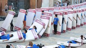 China bate recorde de maior dominó humano com colchões
