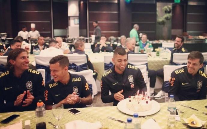 Com direito a bolo surpresa, Gabigol ganha festa de aniversário em Quito