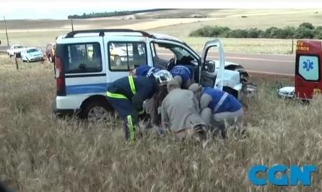 Cascavel - Carro que transportava pacientes de Itapejara D'Oeste capota na PR-180