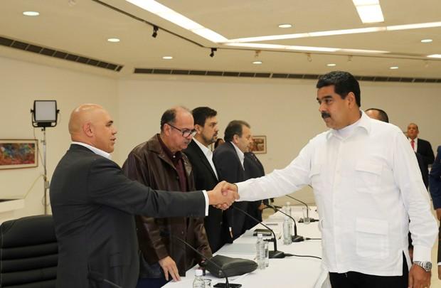 Venezuela liberta cinco opositores após início de diálogo