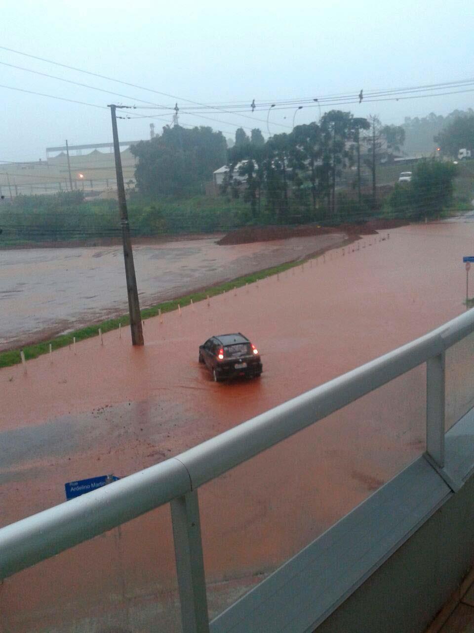 Em Beltrão, chuva causa alagamentos de ruas