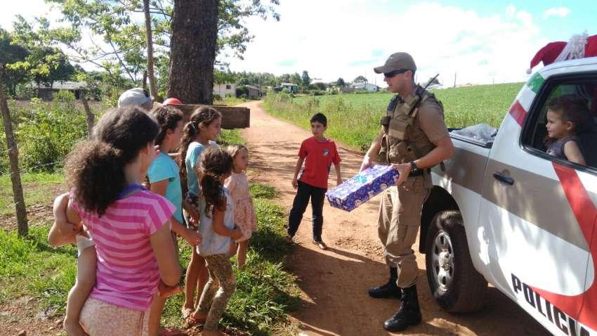 Dionisio Cerqueira - Crianças de baixa renda recebem doações de Policiais Militares