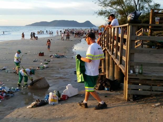 20 toneladas de lixo são recolhidas após Réveillon em Florianópolis