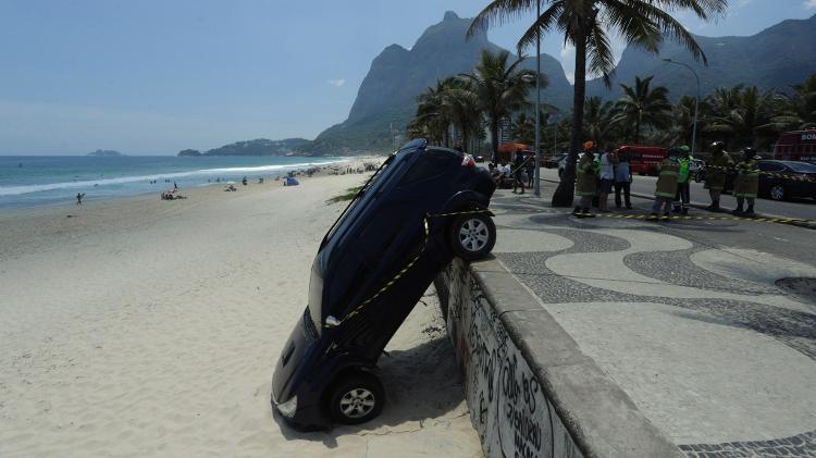 Filho de Letícia Spiller deixa carro cair na Praia de São Conrado