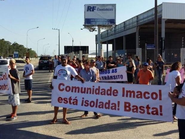 Moradores protestam e fecham pistas da BR-101 em Tijucas