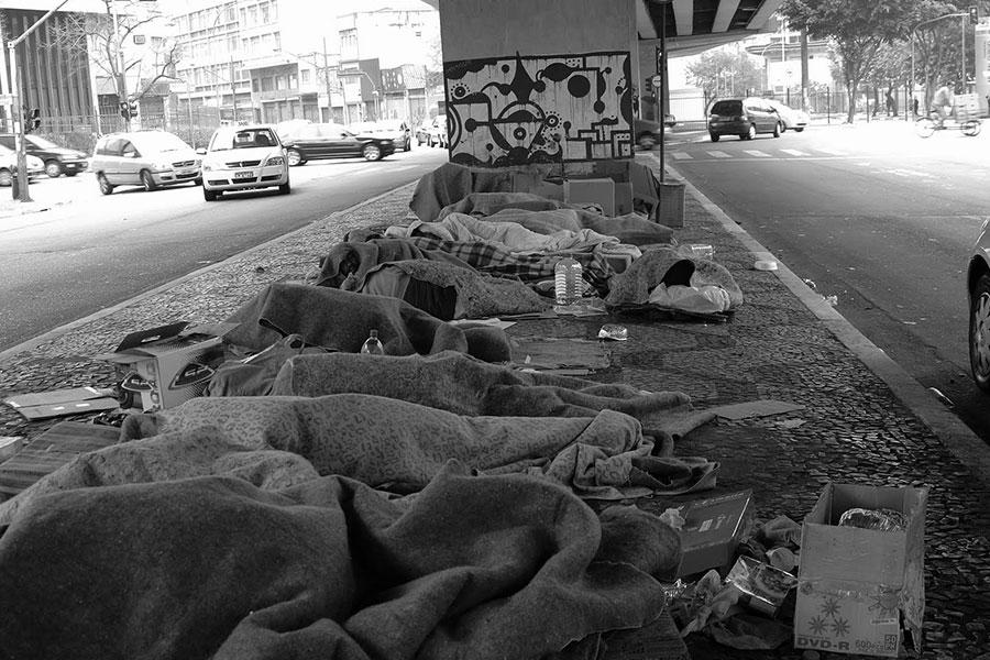 Cidades do litoral de SC têm aumento no nº de moradores de rua no verão
