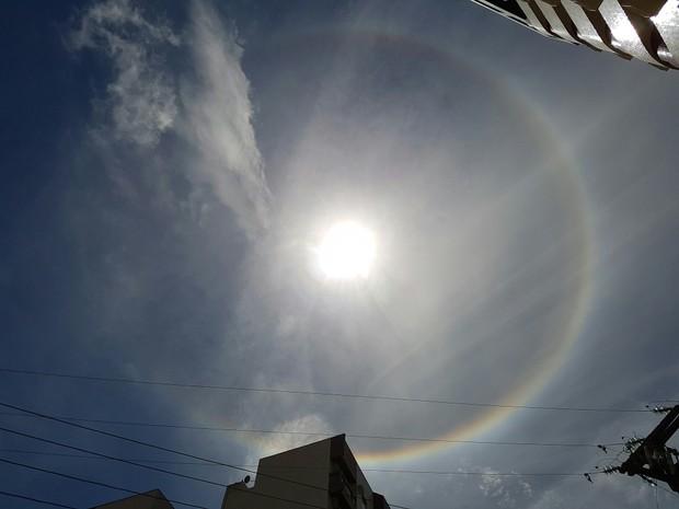 Fenômeno halo solar chama atenção de banhistas em Matinhos, no Paraná