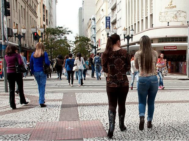 Projeto de lei propõe multa para quem passar 'cantada' em Curitiba
