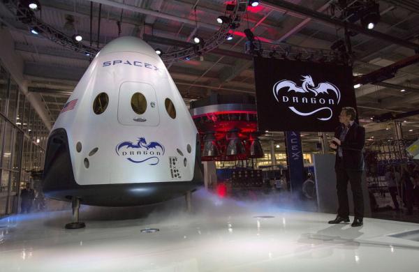 SpaceX anuncia que levará dois turistas ao redor da Lua em 2018