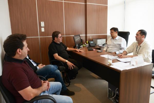Barracão – Prefeito e Vereador em reunião na COHAPAR para regulamentação do lotes do Bairro Industrial