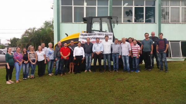 Barracão – Requião Filho esteve no município fazendo a entrega oficial de um rolo compactador e emenda para Saúde