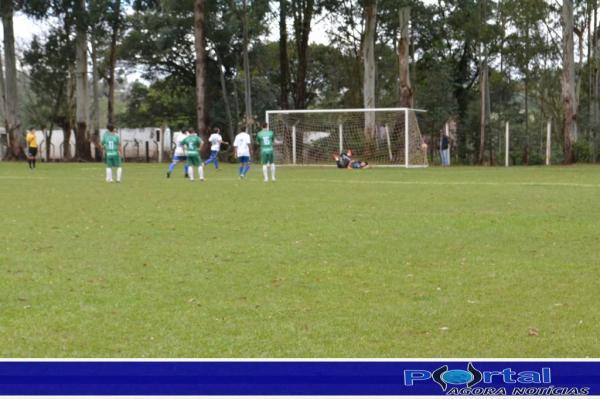 Douglas converte em gol pênalti contra Barracão/Foto:Marcos Prudente