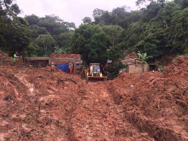 Chuvas no Nordeste - Sobe para sete o número de mortos em deslizamentos de terra em Maceió
