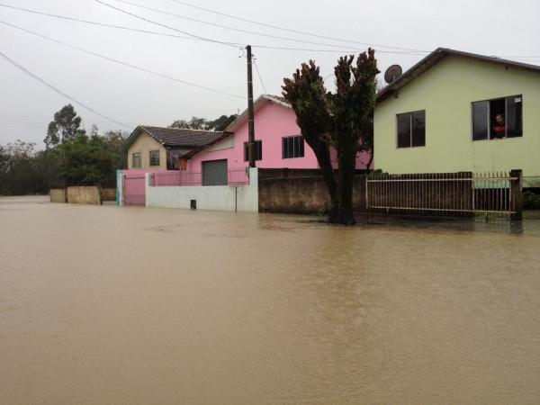 Chuva deixa desabrigados e causa prejuízos em SC