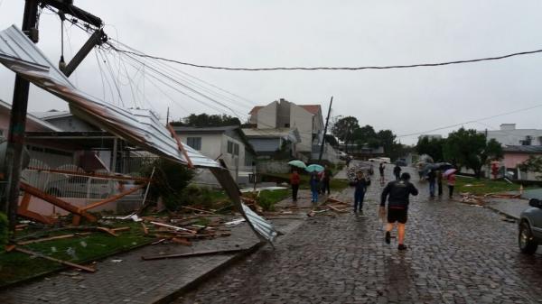 Vendaval causa estragos em cidades de SC