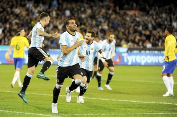 Brasil perde muitos gols e cai contra Argentina, em primeira derrota de Tite