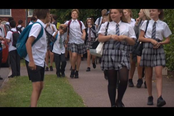 Meninos usam saias para protestar contra proibição de bermudas em escola da Inglaterra