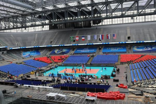 Em meio ao término da montagem do estádio, Brasil faz treinamento para enfrentar o Canadá