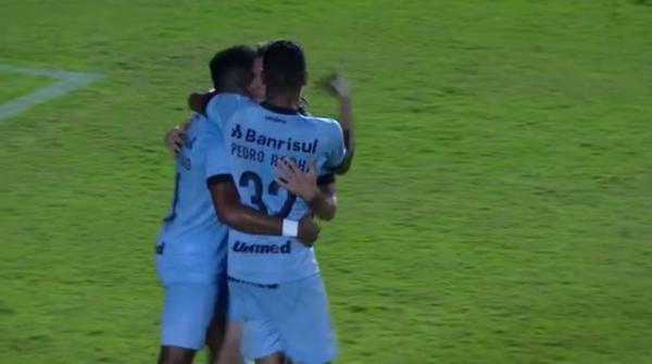 Grêmio dominas as ações no Barradão Vence vitória e torce por tropeço do Corinthians