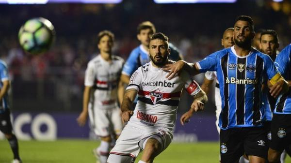 São Paulo busca empate na segunda etapa e Grêmio ainda continua vendo o Corinthians de binóculo