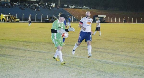Goleiro Alemão (Dois Vizinhos) e atacante Parmalat no jogo de ida/Foto:Alexandre Baggio JdeB