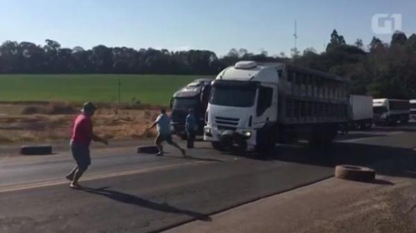 Caminhoneiro fura bloqueio e avança sobre manifestantes na PR-182; vídeo