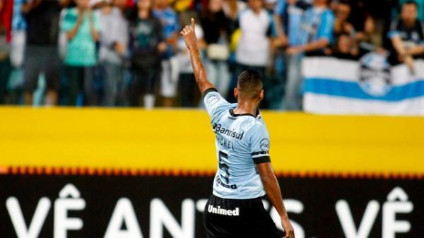 Grêmio joga mal, mas consegue vitória e segue a caça ao líder