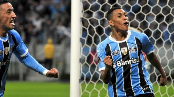 Grêmio sai atrás, mas de virada garante vaga para as quartas de finais