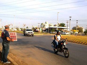 Pastor fecha igreja e evangeliza nas ruas