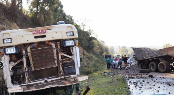 Marmelero – Grave acidente entra dois caminhões deixa motorista preso nas ferragens