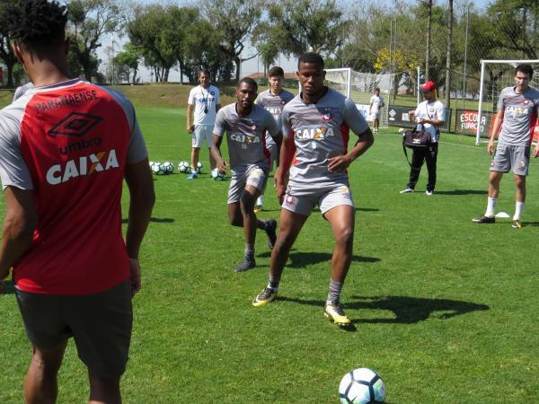 Atlético-PR treina de olho no Fluminense