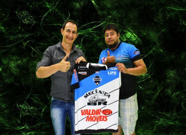 Diretor de marketing do Dionísio Futebol presenteia PAN-TV com camisa do clube