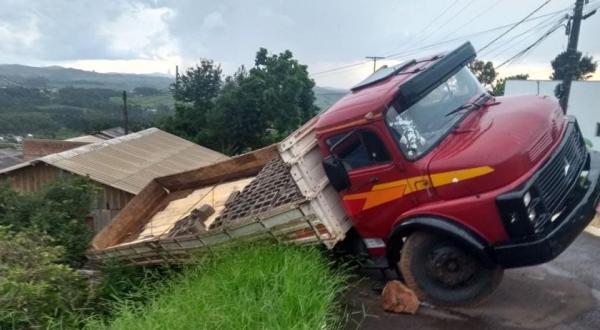 Caminhão carregado com materiais de construção tomba em Barracão