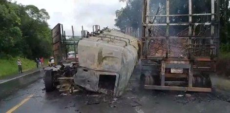 Caminhão pega fogo na BR-153