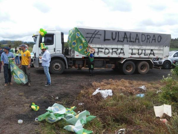 Manifestante recebem Lula ao coro de o ladrão chegou em Santa Maria