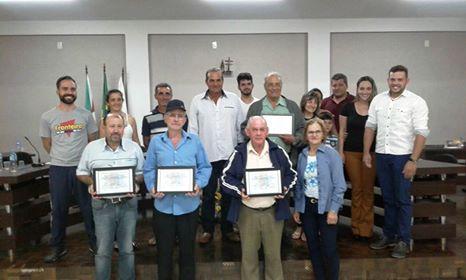 Câmara de Vereadores presta homenagem a pessoas que contribuíram com a história do município