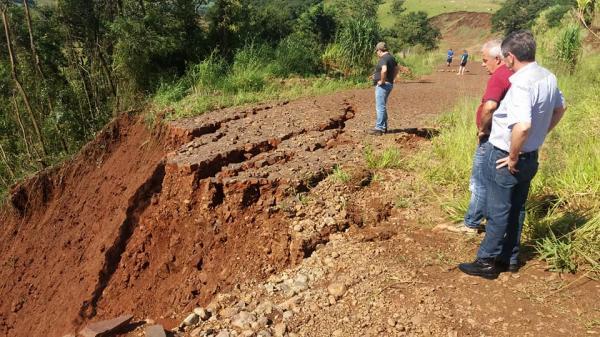 Barracão – Fortes chuvas interrompe estradas e derruba pontes no interior do Município