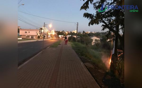 Jovens são detidos após atear fogo em outdoor do Bolsonaro, em Barracão