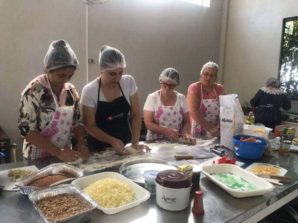 Mulheres participam de curso de preparo de pizza em Barracão