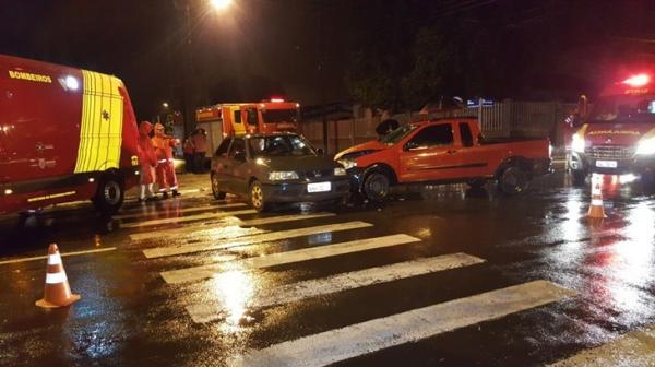 Carro e camionete se envolvem em colisão