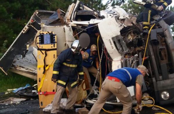 Caminhão e ônibus colidem na PR-151