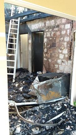 Residência é parcialmente destruída pelo fogo