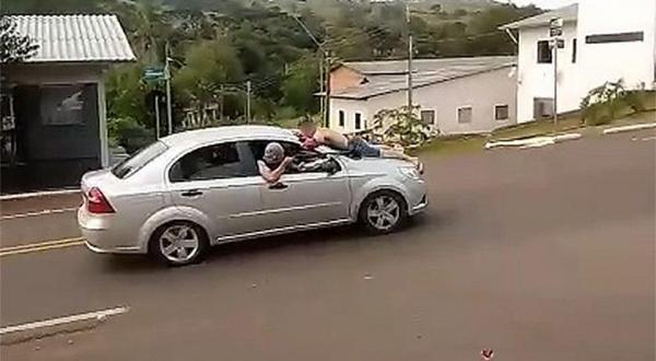 Bandidos assaltam agência bancaria e levam refém no capô do carro
