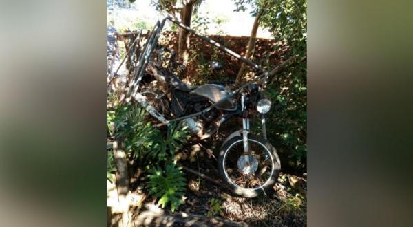 Motociclista perde o controle e bate contra portão de ferro