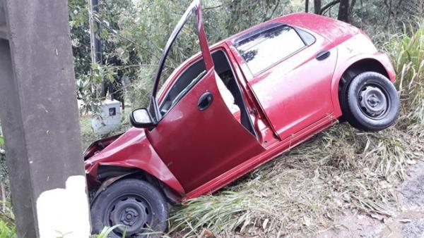 Veículo cai em barraco após colisão